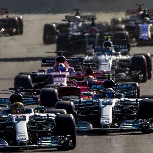 Formel 1-bilar kör på bana.