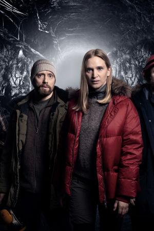 Kuvassa White Wall -sarjan näyttelijöitä.