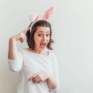 Ung kvinna med kanin-diadem på huvudet