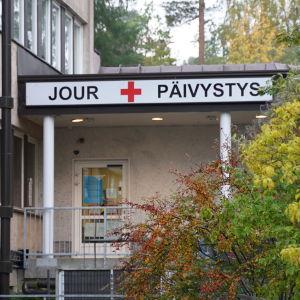 Ingången till jouren vid Raseborgs sjukhus. Fotograferat på hösten.