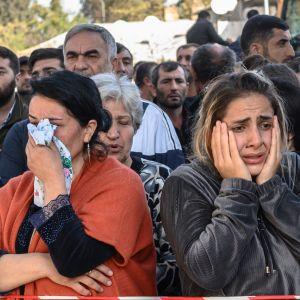 Oroliga människor stod vid avspärrningar i staden Ganja, Azerbajdzjan, på söndagen. De väntade på nyheter från räddningsarbetare som letade efter dödsoffer och eventuella överlevande i rasmassorna i ett bostadsområde.