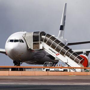 Ett Finnair-flyg på landningsbanan.