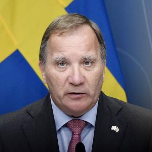 Stefan Löfven håller presskonferens.