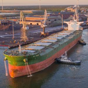 Fartyg lägger till i Karleby hamn
