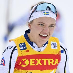 Linn Svahn ler efter målgång.