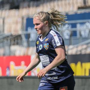 Dana Leskinen driver med bollen.
