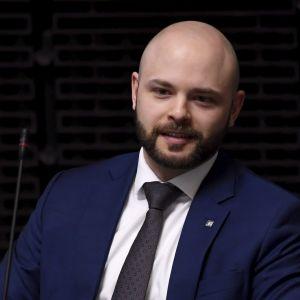 Riksdagsledamot Joonas Könttä (C) i riksdagen.