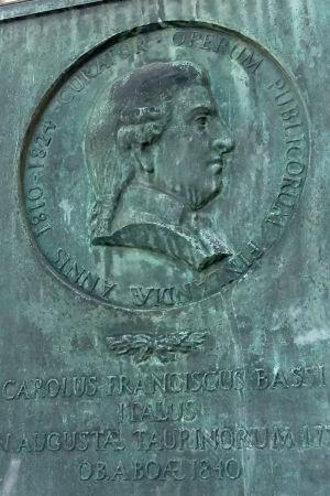 En relief över Charles Bassi på Akademihusets vägg.