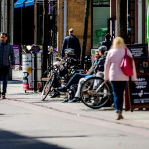 Folk som vandrar längs gågatan i Åbo