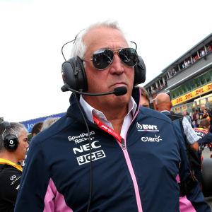 Lawrence Stroll går mellan F1-bilar.