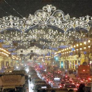 Nevskin valtakatu Pietarissa on perinteisesti koristeltu vuosittain joulun ja uuden vuoden viettoa varten.