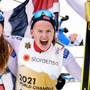 Marte Leinan Lund, Gyda Westvold Hansen och Mari Leinan Lund jublar i målfållan.