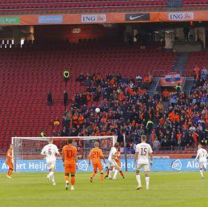 Holland spelar match inför en begränsad publik.