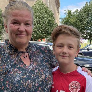 Mette Nielsen och Arthur står i Köpenhamn. Arthur har en dansk spelskjorta på sig.