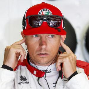 Kimi Räikkönen petar i öronen.