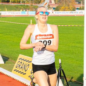 Sandra Eriksson korsar mållinjen vid terräng-FM 2020.