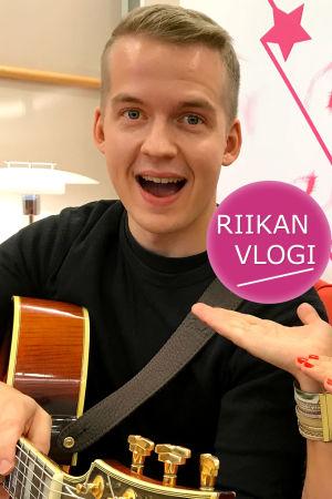 Kitaristi Olli Soikkeli ja toimittaja Riikka Holopainen.