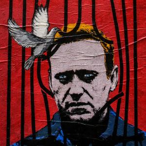 Collage av två bilder. Till vänster väggmålning av Aleksej Navalnyj. Till höger demonstrant som fälls till marken av polis.