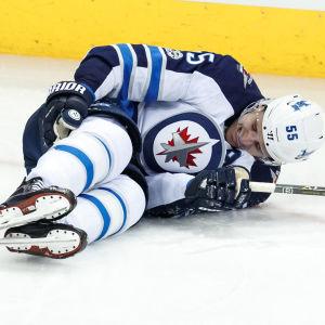 Mark Scheifele ligger på isen.