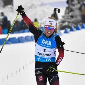 Tiril Eckhoff jublar på upploppet framför Marte Olsbu Röiseland.
