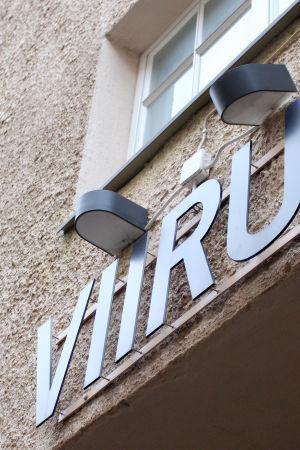 Teater Viirus skylt mot Sjötullsgatan i Kronohagen