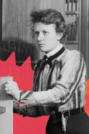 Veistonopettaja Helmi Tengén (1875-1971) työhuoneessaan Puutarhakatu 6. Opettaja Tengénillä on vyöllään roikkumassa puukko ja sahaus menossa höyläpenkin päällä.