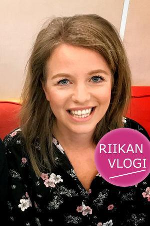 Toimittaja Riikka Holopainen ja musikaalitähti Mira Ormala.
