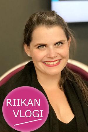 Sopraano Annika Leino ja toimittaja Riikka Holopainen.