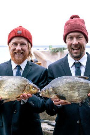 Tom Nylund ja Mikko Peltola poseeraavat kädessään kaksi lahnaa.