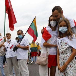 En familj deltar i mänskokedjan från Vilnius till gränsen till Belarus den 23 augusti 2020.