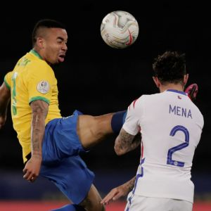 Gabriel Jesus sparkar mot Eugenio Mena.