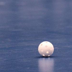 En innebandyboll på ett golv.