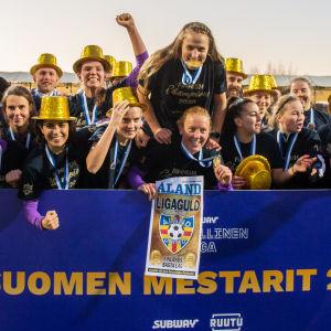 Åland United firar ligaguld 2020.