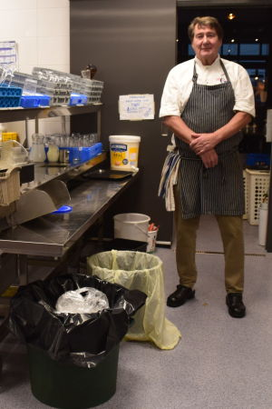 Krögaren Hasse Lundström i köket i sin restaurang.