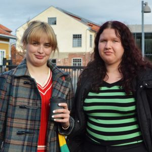 Anna Haglund och Elvira Ekqvist, i bakgrunden Arken vid Åbo Akademi.