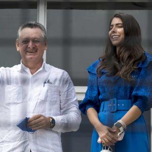 Oscar Sobalvarro vinkar till kameran. Bredvid honom står Berenice Quezada som ler och tittar åt sidan.