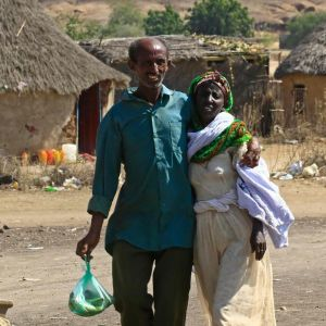 Två etiopier, som flytt undan Tigray-konflikten, promenerar i staden Hamdayit vid den sudanesiska gränsen.