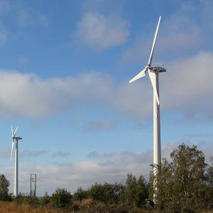 fyra vindmöllor i österbottnisk skärgård vid vattnet