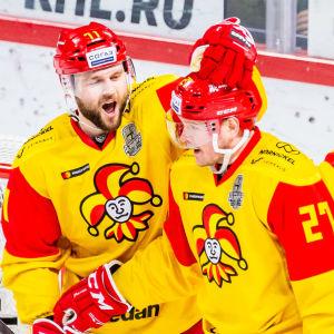 Nicklas Jensen och Petri Kontiola firar mål bredvid en domare.