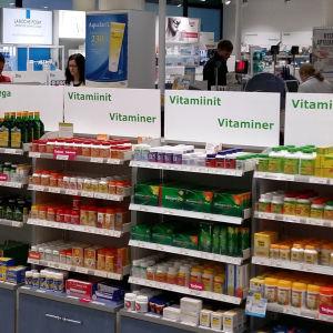 vitaminer på hyllan i ett apotek
