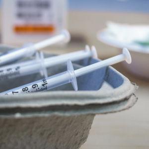 Injektionssprutor med coronavaccin redo att användas.
