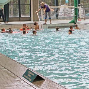 cygnaeus skolan får simundervisning november 2015, Kristina Ifström simlärare