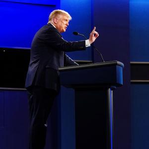 Donald Trump och Joe Biden debatterar under sin första direktsända debatt under presidentvalet 2020.