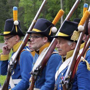 Soldater med bistra ansikten