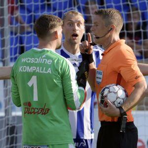 Tim Väyrynen protesterar medan Mattias Gestranius pratar med Martin Kompalla