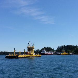 Färjorna Prostvik 1 och Nagu 2 samt förbindelsefartyget Eivor vid Storströmmen mellan Korpo och Nagu.