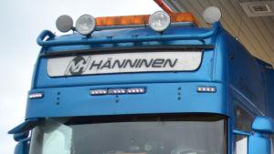 Logotypen Hänninen på en blå långtradare.