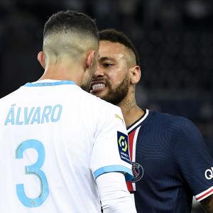 Neymar konfronterar Alvaro Gonzales.