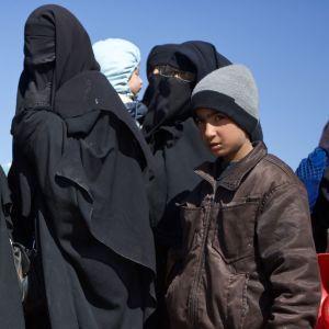 Kvinnor och barn väntar på förflyttning till lägret Al-Hol.