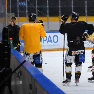 Mikko Manner ger anvisningar till Kärpäts spelare under träning, januari 2020.